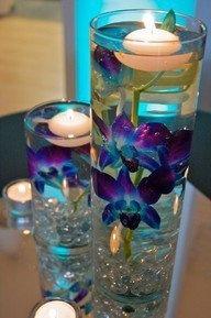 Más orquídeas en agua. Si tu boda tiene tonos azules, no pintes las flores.  Mejor escoge este tipo de orquídea que tiene el color de forma natural.