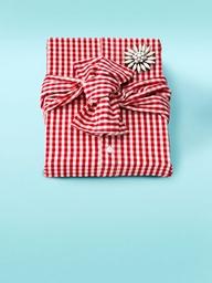 """En el caso de los hombres, puedes usar una camisa como envoltura, si es parte del regalo. Puedes añadirle un sello de """"Hello! My name is ___"""" para identificarlo."""