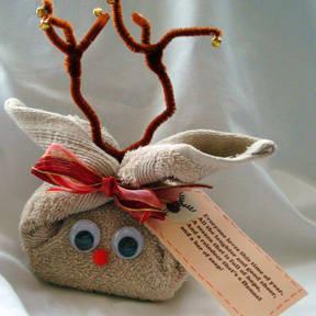 Usa tela y otros materiales para crear animalitos y figuras. Los niños adorarán esta presentación.