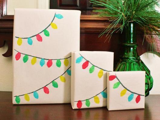 Si eres buena dibujando, empaca los obsequios con papel blanco o crema y dibuja tiernos motivos alusivos a la época.