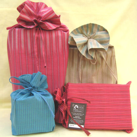 Recientemente se ha puesto de moda el usar tela para empacar los regalos. Es una manera ecoamigable y reusable que puedes considerar para evitar los desperdicios sólidos.