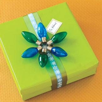 Emplea elementos alusivos a la época en cada regalo. Usar bombillas de colores para crear este diseño es buena idea para Navidad.