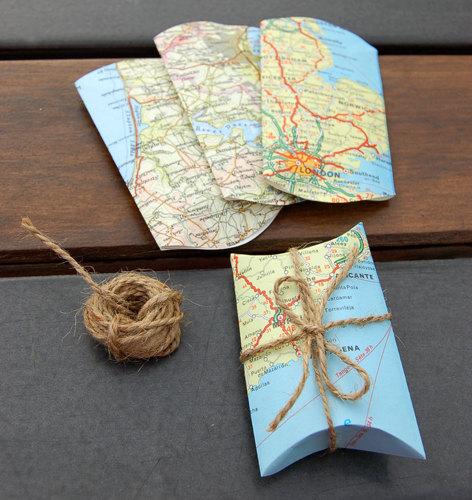 Utiliza mapas viejos que tengas en tu casa para empacar regalos. Este estilo es ideal para esa persona aventurera en tu vida.
