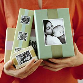 Usa papel de regalo en tonos tenues y coloca fotos de la persona a quien le regalarás. Es ideal para identificar tus regalos en Navidad de una forma diferente.