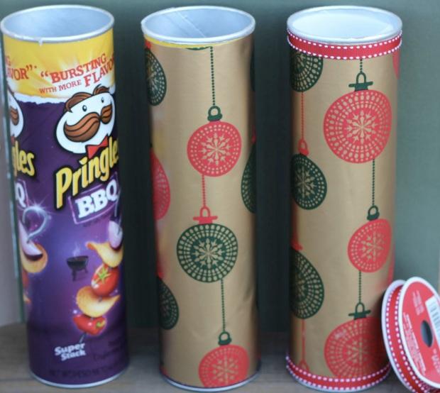 Reviste con papel de regalo un envase cilíndrico, como este de papas saladas, para regalos como obras de arte, afiches, galletas o ropa.