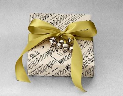 Si a esa persona le encanta la música o el obsequio está vinculado a esta disciplina, opta por usar hojas con partituras de canciones famosas. Recuerda tomar cascabeles u otro elemento sonoro para coronar una obra tan bella.