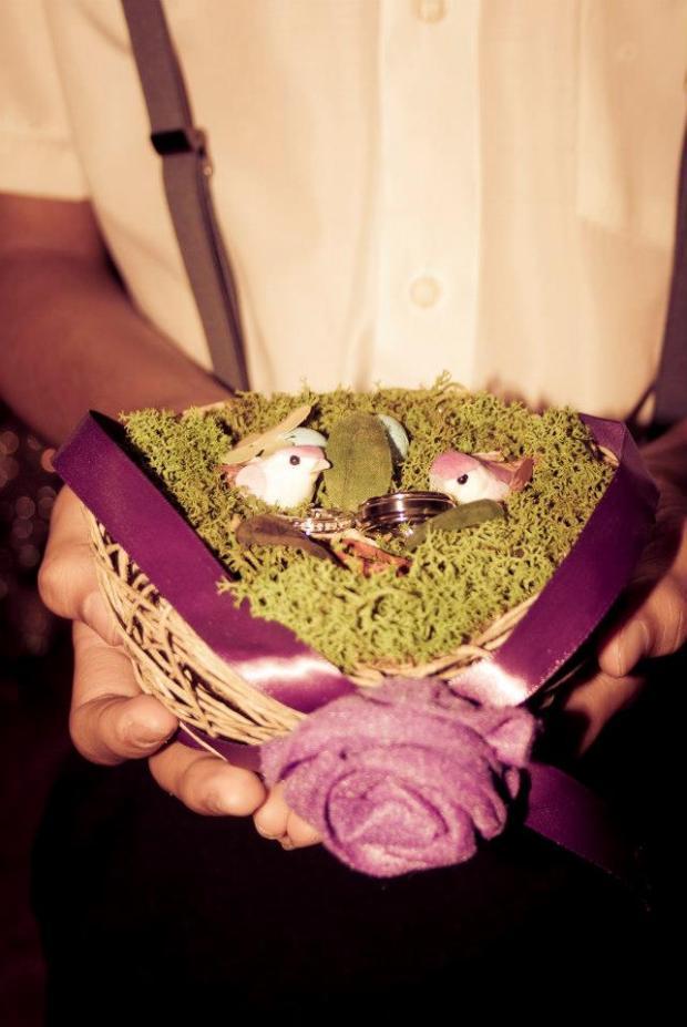 El portanillos fue creado en musgo y paja para simular un nido de pájaros.