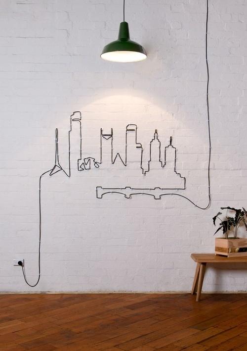 Si es imposible esconder los cables, busca a un amigo artístico para que te ayude a crear un diseño. Esto es ideal si tu casa es moderna o ecléctica.