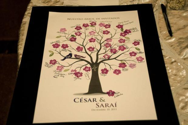 En vez de poner un libro de firmas, opté por este afiche. El diseño solo incluía las ramas del árbol; los invitados poncharon las flores con tinta y escribían su nombre encima.