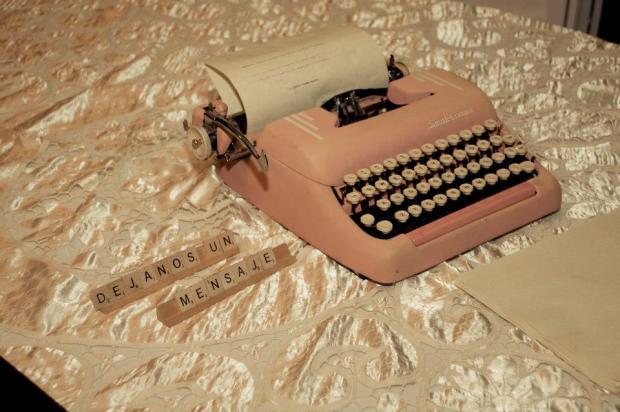 Coloqué esta maquinilla Smith Corona de los años 50 para que los invitados escribieran sus felicitaciones.