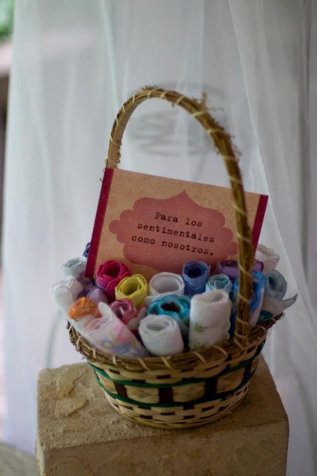 Un detalle para los invitados para la ceremonia. Son pañuelos coloridos de apariencia antigua.