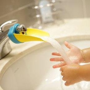 Si los pequeños en tu vida no alcanzan el chorro de agua a la hora de asearse, este dispositivo traerá el agua hacia ellos cada vez.