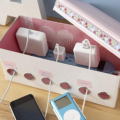 Decora una caja de modo que combine con tu casa y perfórala para crear huecos. Coloca la extensión eléctrica dentro y saca los cables por el otro lado. Puedes identificar la caja para saber qué cable corresponde a cuál aparato.