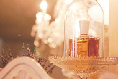 Finalmente, puedes considerar destacar tu perfume estrella de una forma así de especial. Parece una pieza importante en un museo.