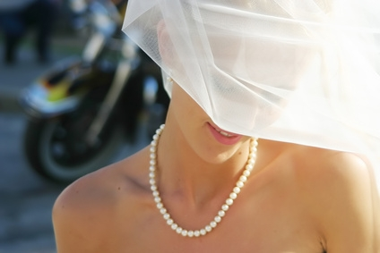 bride-in-something-borrowed-pearl-necklace-052809