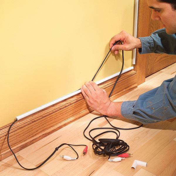 Acude a tu ferretería o tienda de reparaciones del hogar para comprar estos pequeños tubos. Colócalos en las esquinas de tu pared y coloca los cables dentro. Luego procede a pintarlos del mismo color de la pared.