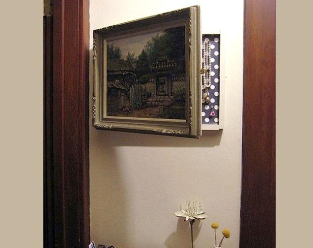 También podemos hacer un hueco en la pared y esconderlo detrás de un cuadro.