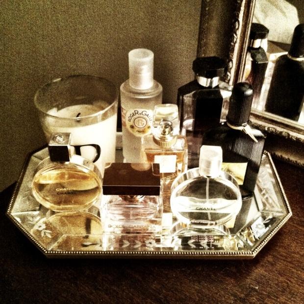 Adquiere una bandeja de espejos para lograr una pieza refinada y clásica.
