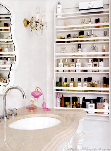 Una manera de colocar tus perfumes de forma organizada y que ahorra espacio.