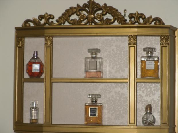 Destina una pared para colocar una pieza como esta que sirva para mostrar tu colección de fragancias.