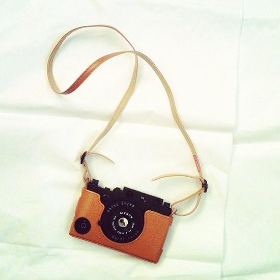 Opción fácil de cargar que imita el diseño de una cámara.