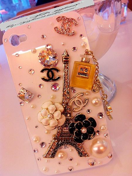 Este cubreteléfono combina varios elementos de la línea Chanel y París.
