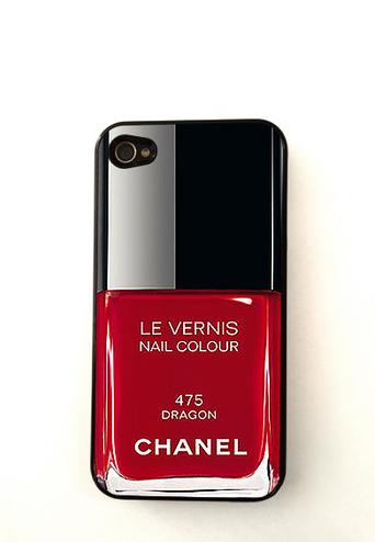 Esta opción viene en varios colores y aparente ser el empaque de un esmalte de uñas Chanel.