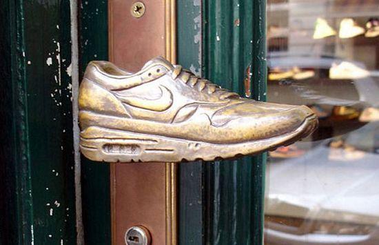 Una tienda de calzado deportivo optó por este picaporte en la puerta. De seguro un joven varón moriría por uno así.