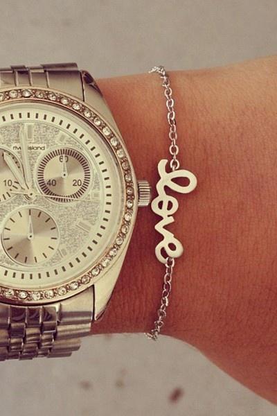 Si no te gusta estar muy cargada, opta por un brazalete delgado y sencillo como este para acompañar tu reloj.