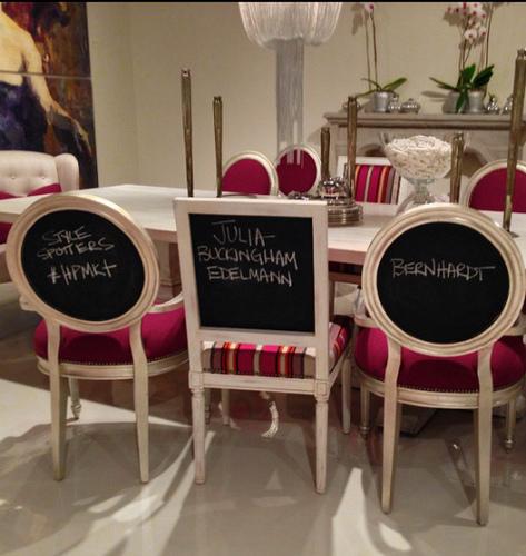 Esta es una excelente manera de asignar lugares para tus invitados o para dejarles mensajes durante tu fiesta.