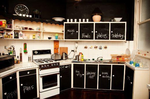 Puedes revestir tus gabinetes de cocina con pequeñas piezas de pizarra para crear este estilo moderno y divertido.