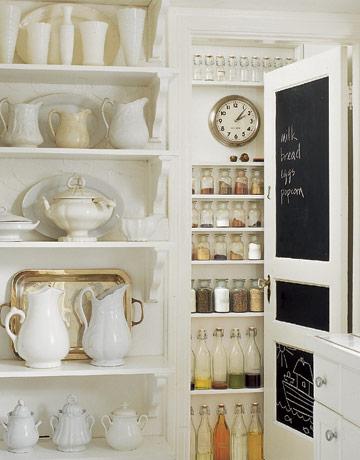 Pizarras colocadas sobre la puerta del área de guardar la comida para escribir las cosas que hacen falta.