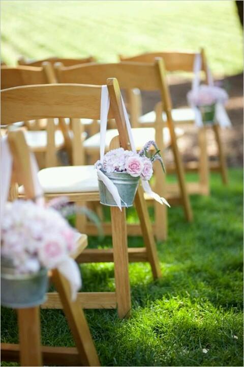 Usar cubetas de jardín da un toque inesperado, en especial si se combina con flores en tonos delicados como este.
