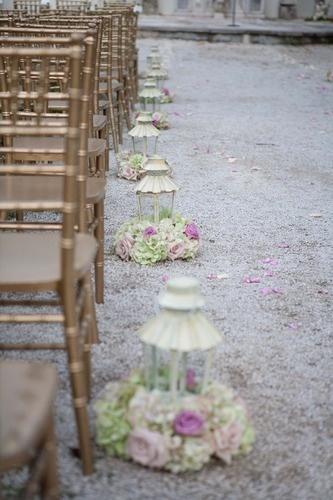Utiliza linternas para marcar el camino. Añade flores en el interior en vez de velas o colócalas fuera para rodear la pieza.