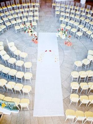 Arreglo tipo auditorio para que los invitados aprecien la ceremonia desde un ángulo diferente.