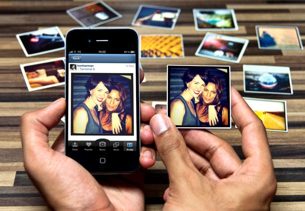 Si imprimes tus fotos, puedes colocarlas en magnetos para ponerlas en el refrigerador.