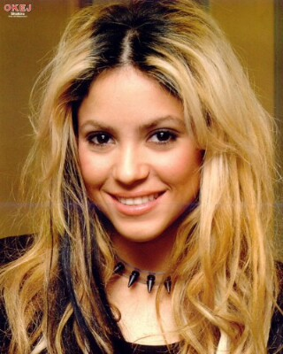 Este estilo tan popularizado por Shakira fue un grave error porque intentó poner a la moda lo que usualmente se pensaba como descuido: poder ver el crecimiento del cabello con diferencias de color.