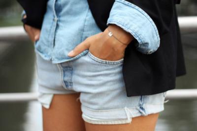 """Si utilizarás tonos similares de """"denim"""" es preciso que una de las piezas sea corta. Puedes usar una camisa de manga larga y unos pantalones cortos o pantalones largos y camisa de manga corta. De esta forma la piel que muestras contraste y cree un buen balance."""