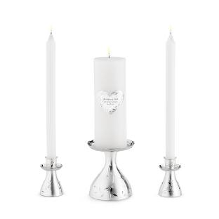 Una forma clásica de representar la unión es encender dos velas, una para cada persona, y encender una nueva vela con la llama de ambas.