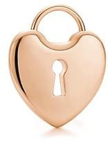 Adquiere dos candados o cierres en forma de corazón y únelos. Entrégale las llaves al oficiante de la boda para que las destruya o bótalas en una ceremonia íntima con tu pareja. Puedes colocar los corazones entrelazados en un marco y exhibirlos en tu habitación como un recordatorio de fidelidad y amor.